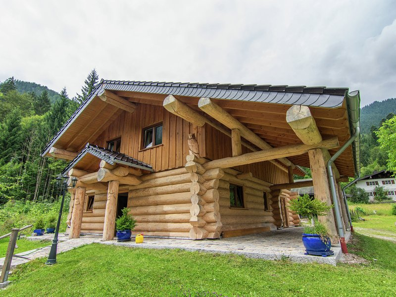 Unique log cabin in the Alps with terrace, swimming pool and sauna, vacation rental in Ruhpolding