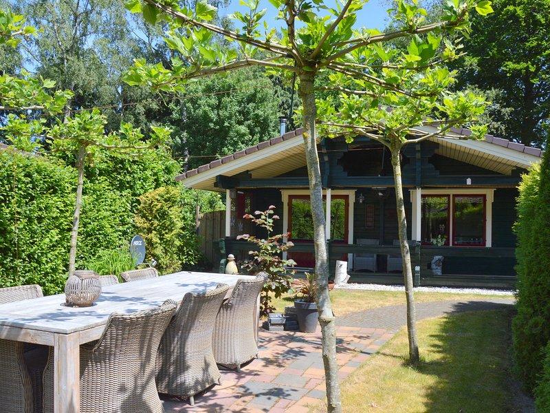 Finnish bungalow with garden, a modern bathroom, near Harderwijk, Veluwe, holiday rental in Vierhouten