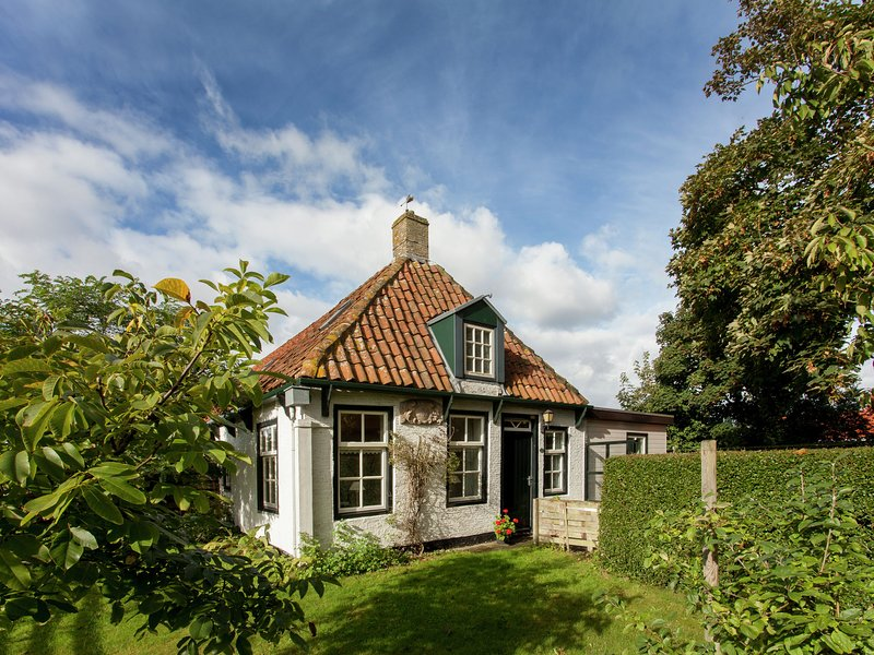 Fairytale Cottage in Nes Friesland with garden and terrace, vacation rental in Ameland