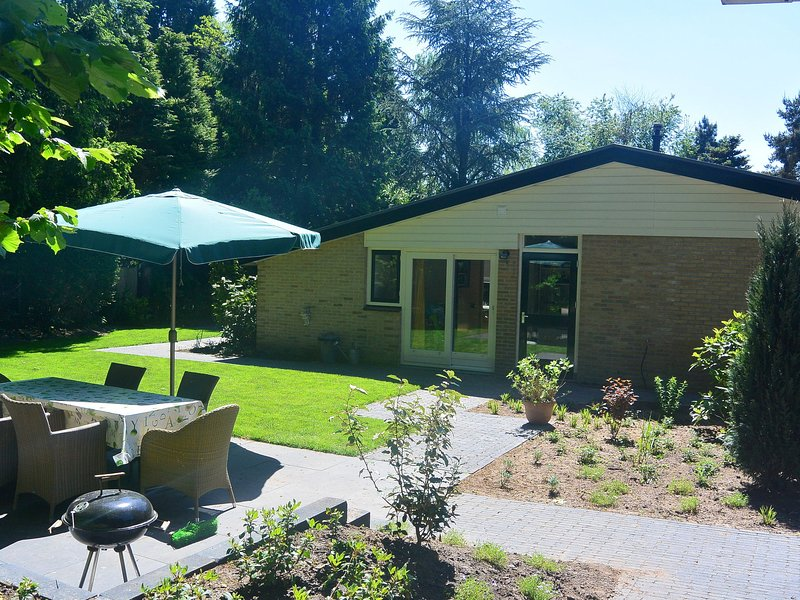 Peaceful Bungalow in Voorthuizen with Private Garden, vacation rental in Stroe