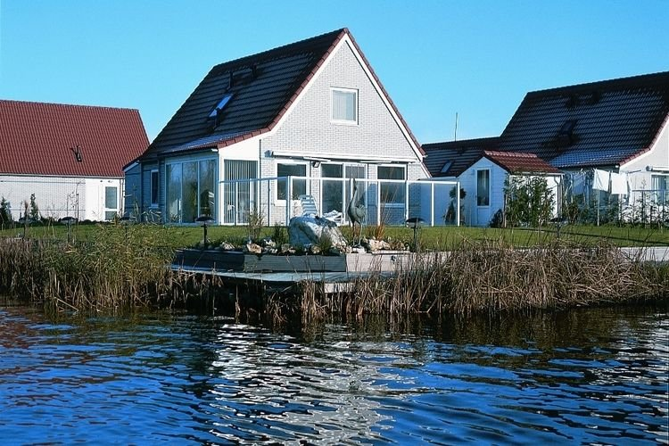 Detached bungalow with dishwasher, directly at the water, vacation rental in Westwoud