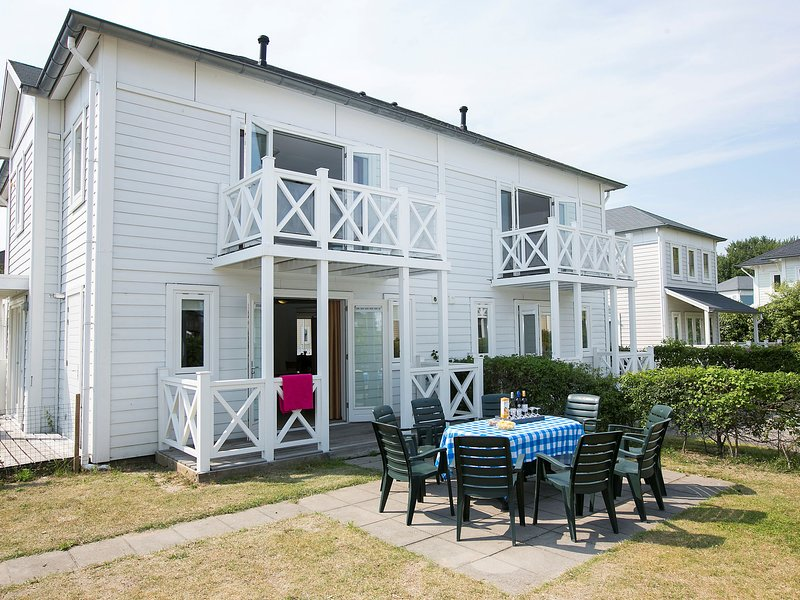 Comfortable villa with four bathrooms, at 9 km from Rockanje, vacation rental in Hellevoetsluis