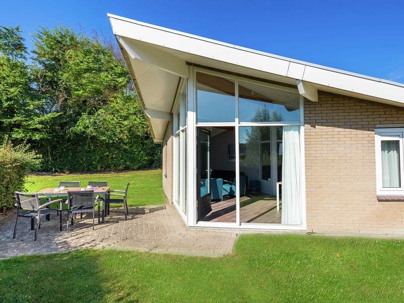 Restyled bungalow with dishwasher, near cosy Domburg, location de vacances à Domburg