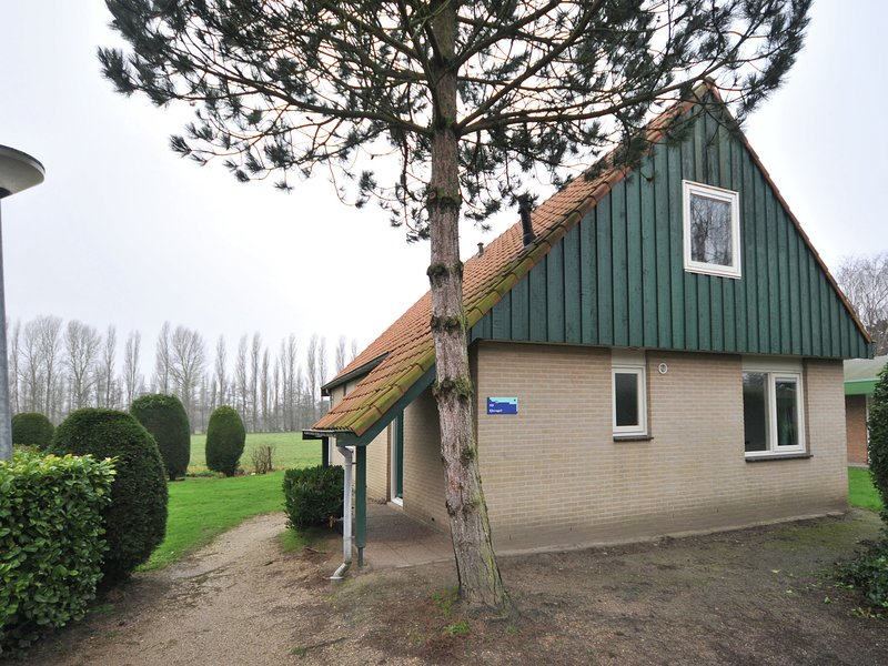 Tidy bungalow with microwave, 3 km. from Renesse and beach, vacation rental in Renesse