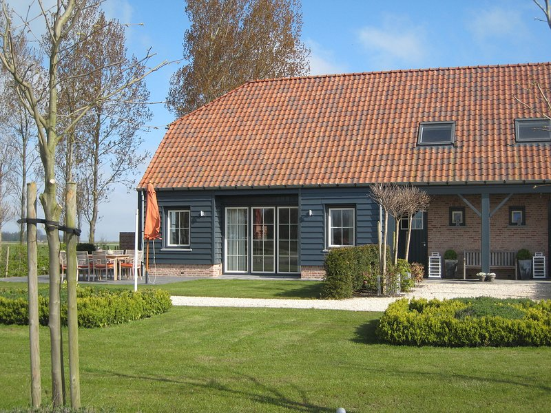 Stylish Holiday Home in Zuidzande with Sauna, holiday rental in Retranchement