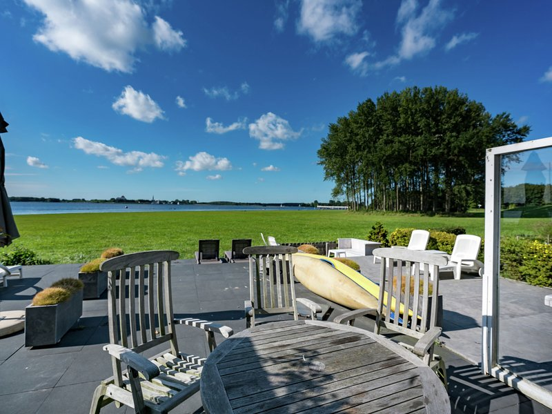 Cosy holiday home on Lake Veere with the beach right at your doorstep, vacation rental in Veere