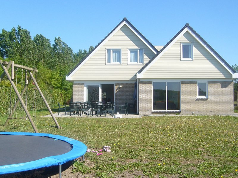 Comfortable holiday home, located in a rural location in Zeewolde, Flevoland, vacation rental in Spakenburg
