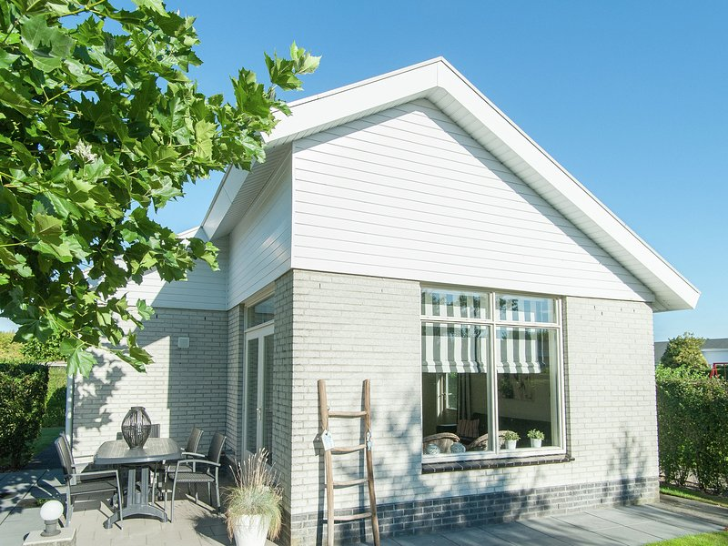Cozy, detached holiday home with terrace, 1.2km from the sea, holiday rental in Katwijk