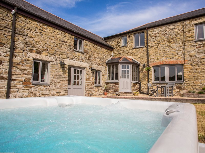 FIVE ELEMENTS FARMHOUSE, luxury property, en-suites, woodburner, hot tub, holiday rental in Penweathers