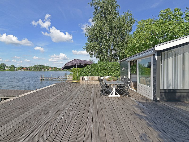 Stylish holiday home with gorgeous location right on the water (Reeuwijk Lakes), holiday rental in Bodegraven
