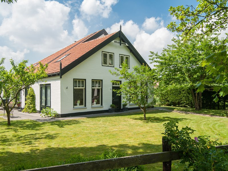 Attractive countryside holiday home in quiet, yet central location in Schoorl, holiday rental in Schoorl
