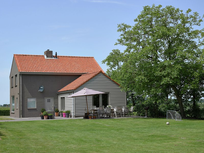 Tastefully decorated holiday home with rural location, 5km from the sea, vacation rental in Oostburg