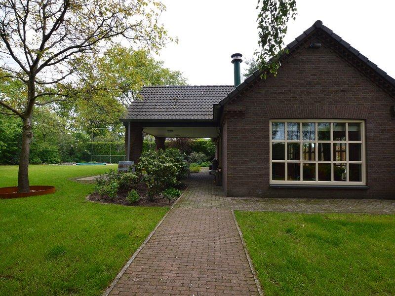 Beautiful detached villa with a fireplace and royal garden, alquiler de vacaciones en Eindhoven