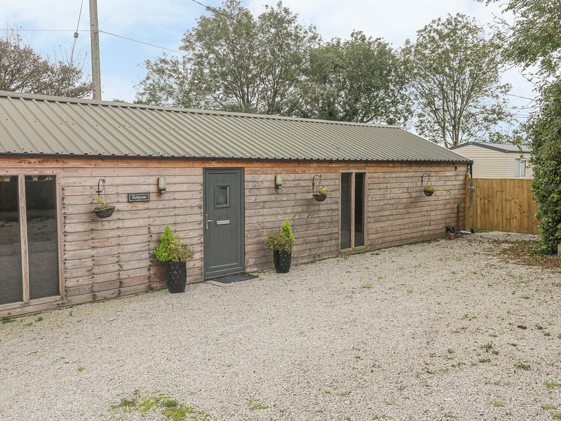 KELYOW, pet friendly, open plan dining, hot tub, in Redruth, Ref. 963361, holiday rental in Whitehall