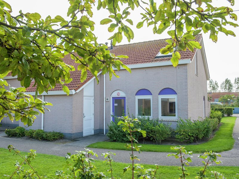 Comfortable bungalow with dishwasher, 500 m. from the beach, vacation rental in Renesse