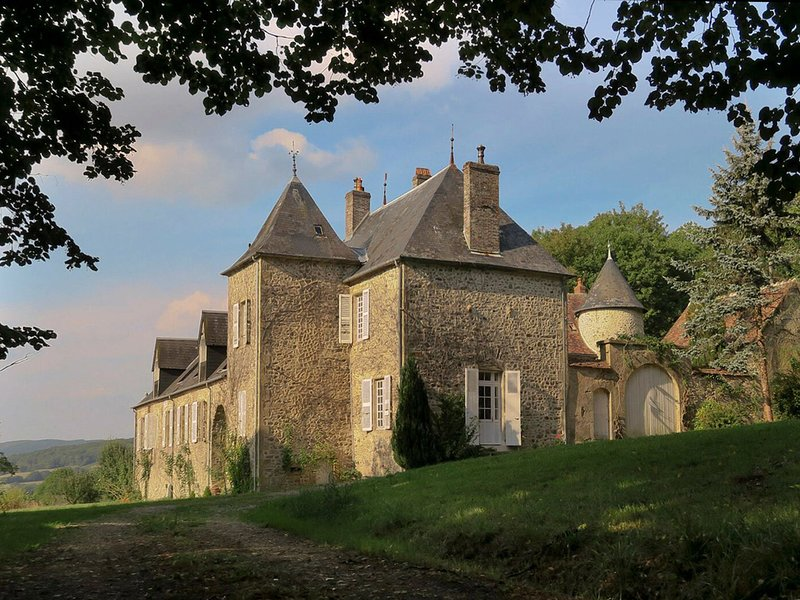 Cozy Castle in Onlay with Swimming Pool, vacation rental in Glux-en-Glenne