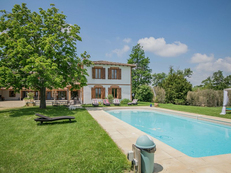 Feel at home and relax in this nice mansion in a gorgeous area., location de vacances à Rabastens