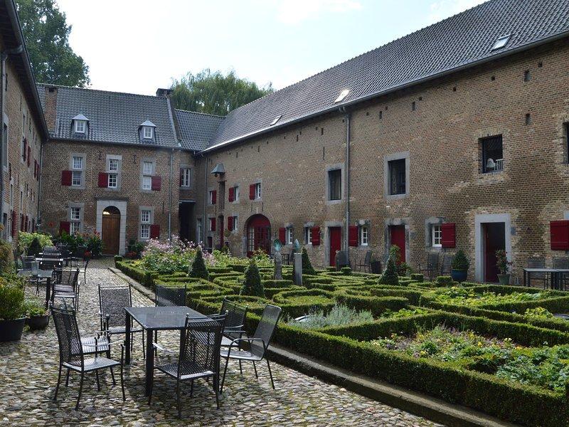 Spacious Villa near Town Center in Mesch, casa vacanza a Gronsveld