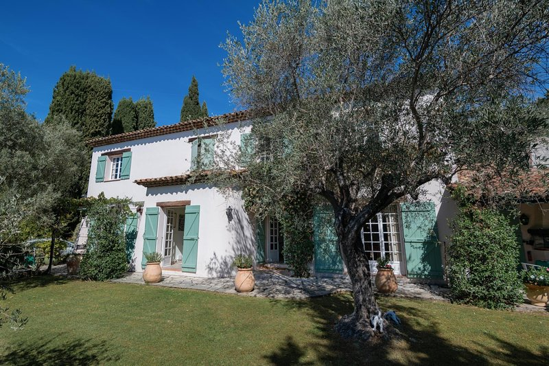Saint-Marc-Jaumegarde Villa Sleeps 10 with Pool and WiFi - 5815040, vacation rental in Peymeinade