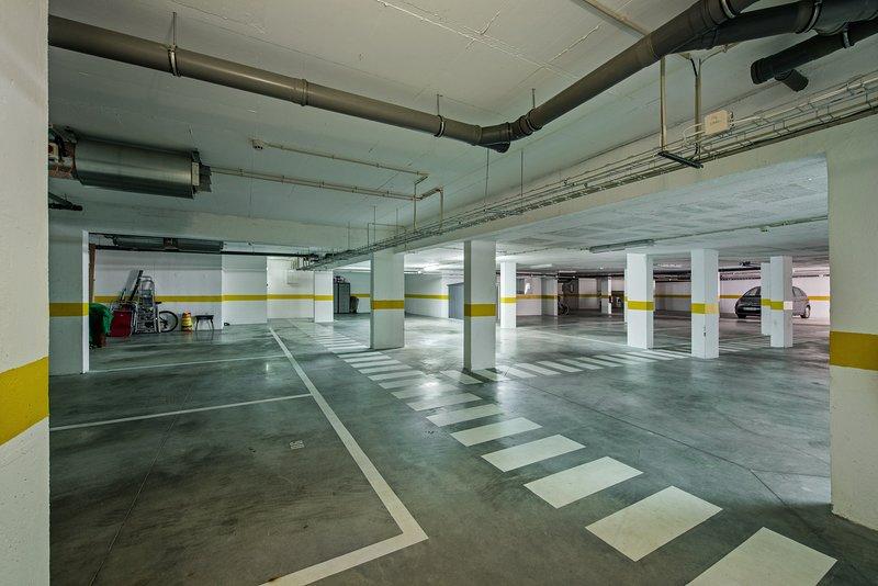Beveiligde ondergrondse parkeergarage met een toegewezen ruimte