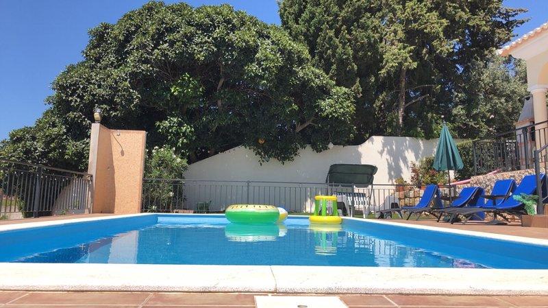 Casa Filarte, fantastic position, gated pool, seaviews, 1km to Carvoeiro beach, holiday rental in Carvoeiro