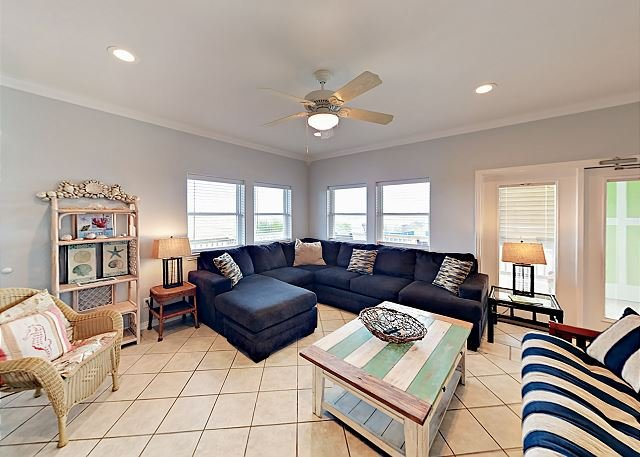 Gulf Breezes! Unit B w/ Pool & Gulf Views - Walk to the Beach, alquiler de vacaciones en Port Aransas