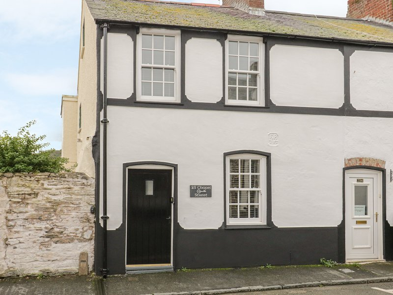 23 CHAPEL STREET, Pet-friendly, WiFi, Enclosed courtyard, Conwy, holiday rental in Conwy