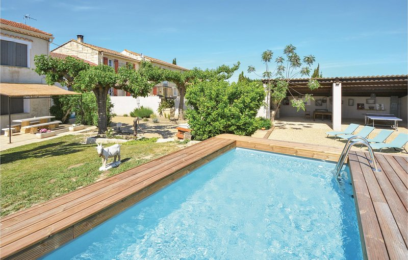 Nice home in Vallebrègues with Outdoor swimming pool, Outdoor swimming pool and, holiday rental in Vallabregues