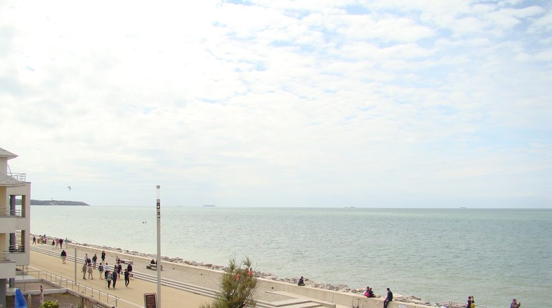 Vista al mar y gorra desde la sala de estar