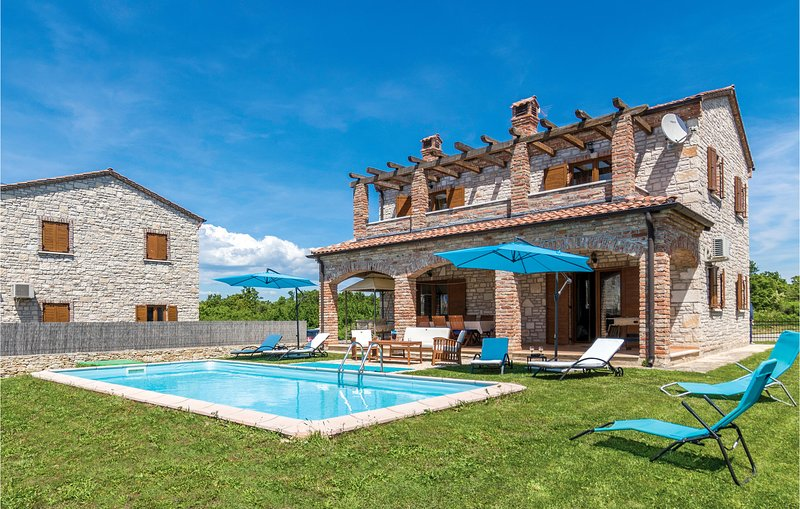 Nice home in Cabrunici with WiFi and 4 Bedrooms (CIL580), holiday rental in Cabrunici