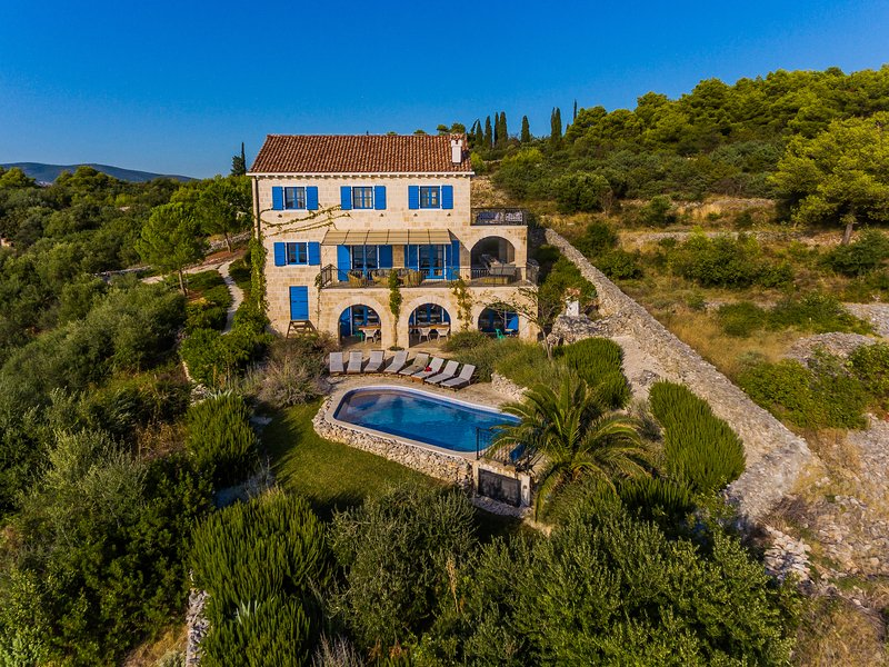 Large isolated villa with pool, ideal for secure stay this summer (Covid) – semesterbostad i Trogir