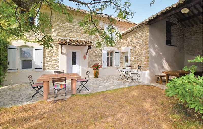 Awesome home in Cairanne with Outdoor swimming pool, WiFi and Outdoor swimming p, holiday rental in Cairanne
