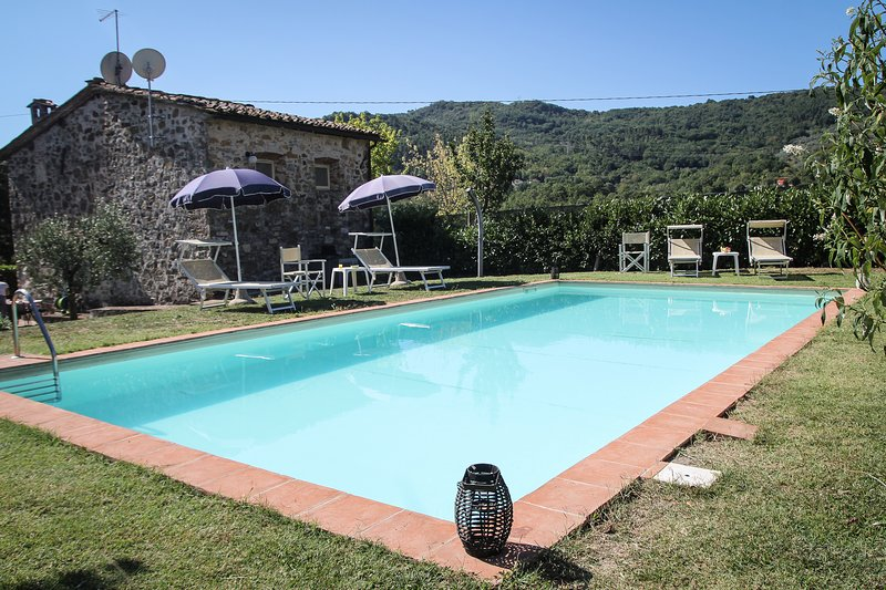 Cosy Tuscan farmhouse in beautiful hills, private grounds, swimming pool and garden, holiday rental in Valdottavo