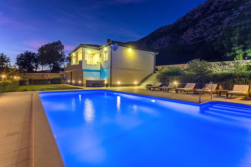 Modern VILLA BEYBE  with private pool 50m2 & Jacuzzi, 3 bedrooms, location de vacances à Zakucac