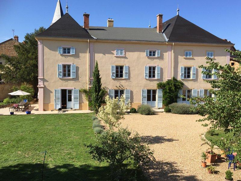 Le Chateau de Moiré, our beautiful family home in the Beaujolais., aluguéis de temporada em Lozanne