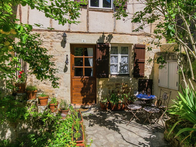 Modern Holiday home by the river in Puy-l'Évêque with terrace, holiday rental in Puy-l'Eveque