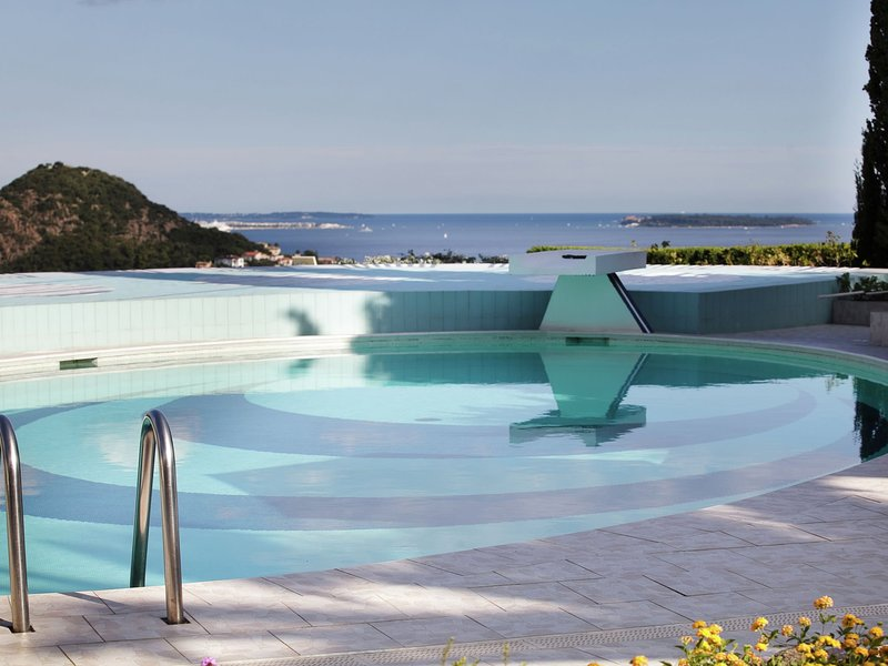 Celebrity style Villa in Provence with private pool and deck chairs, holiday rental in La Napoule