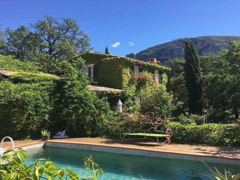 Spacious Holiday Home in Moustiers-Sainte-Marie with a Pool, alquiler vacacional en Moustiers Sainte-Marie