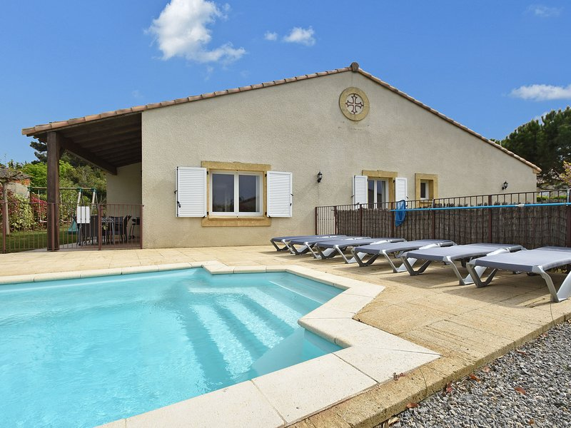 Villa with air-con, heated pool, jacuzzi, fenced garden and kids play equipment, vacation rental in Fabrezan