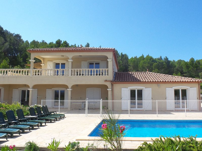 Luxury Villa with Jacuzzi in Montbrun-des-Corbieres, vacation rental in Puicheric