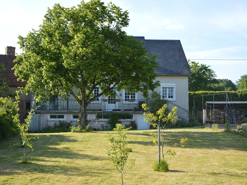 Beautiful house in Morvan nature park with large garden, sauna and nice view, aluguéis de temporada em Corbigny