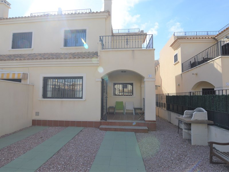Comfortable holiday home in quiet neighbourhood with shared swimming pool, location de vacances à El Chaparral