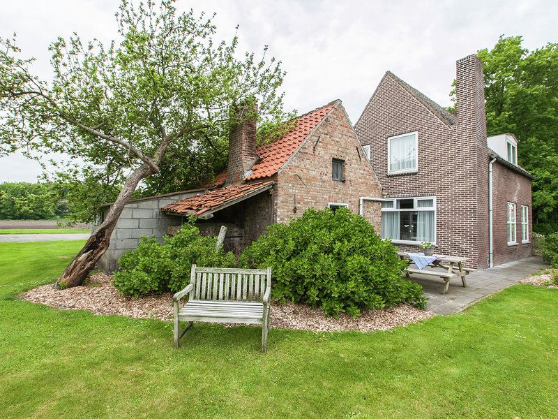 from the Zealand coast and 20km from Brugge!, vacation rental in Oostburg
