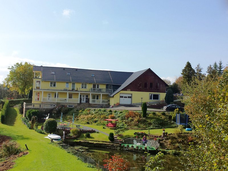 Spacious Apartment in Lichtenhain with Pond, location de vacances à Altendorf