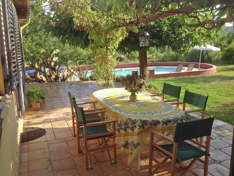 Comfortable detached holiday home with large garden of around 1 ha and private p, holiday rental in Villecroze