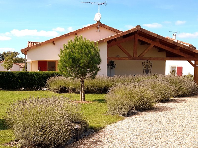 Detached villa with large garden near beautiful golf course, vacation rental in Rouille