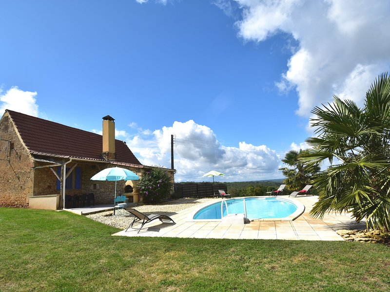 Luxurious Holiday Home with Swimming Pool in Meyrals, holiday rental in Carmensac