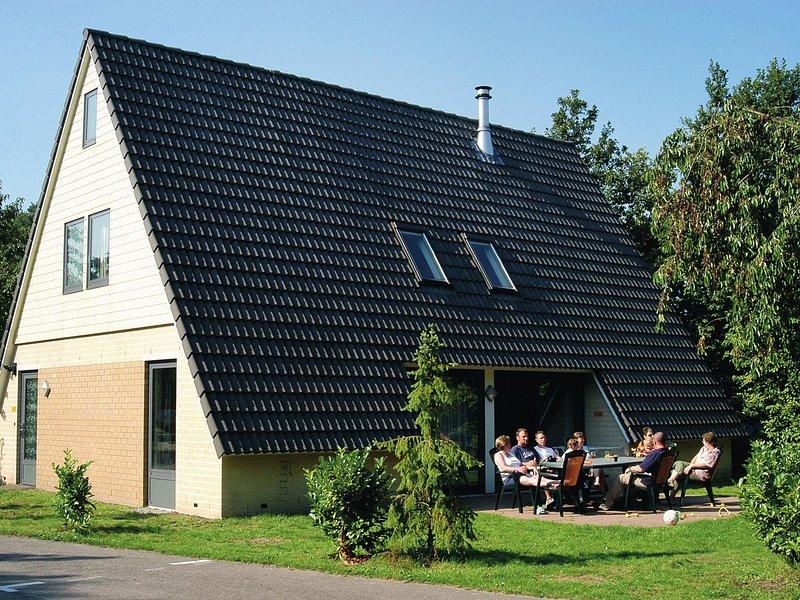 Detached villa with fireplace, 4 bathrooms, near golf course, Ferienwohnung in Prinsenbeek