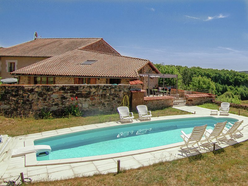 Spacious Holiday Home in Roussines with Private Pool, location de vacances à Roussines