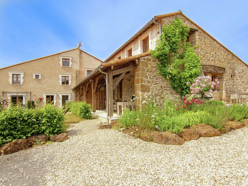 Gorgeous holiday home in Roussines with Terrace, location de vacances à Roussines